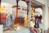 July 1973: Shopping Bermuda Fotografisk tryk af Alfred Eisenstaedt