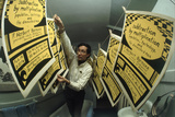 Yale's Zero Population Growth President William Ryserson Hanging Posters to Dry in Bathroom, 1970 Fotografisk trykk av Art Rickerby