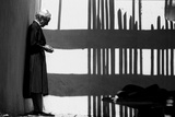 Artist Georgia O'Keeffe Against a Wall Amidst the Shadows of a Fence, Abiquiu, New Mexico, 1966 Reproduction photographique par John Loengard
