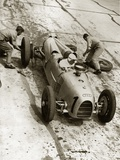 Changing Tires at the Grand Prix on Nuerburgring, 1934 Fotografisk tryk af Scherl Süddeutsche Zeitung Photo