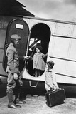 Two Children Next to a Plane of the Lufthansa, 1928 Impressão fotográfica por Scherl Süddeutsche Zeitung Photo