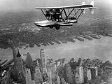 Amphibian Flying over New York City, 1932 Fotografie-Druck von Scherl Süddeutsche Zeitung Photo