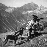 Huntsman with Two Dogs, Ca. 1935 Reproduction photographique par Knorr Hirth Süddeutsche Zeitung Photo