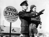 Traffic Policeman with a Child in Kansas City, 1938 Impressão fotográfica por  Süddeutsche Zeitung Photo
