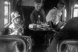 A Member of the Lufthansa Air Crew with Passengers, 1926 Fotografisk tryk af Scherl Süddeutsche Zeitung Photo