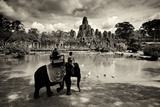 Tourists Travel by Elephant on the Grounds of the Temple, Bayon Opspændt lærredstryk af Jim Ricardson