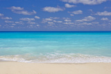 Turquoise Water and Soft Beaches Create a Paradise at Cancun, Mexico Bedruckte aufgespannte Leinwand von Mike Theiss
