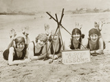 Women on a Beach in California, 1927 Metalltrykk av Scherl Süddeutsche Zeitung Photo