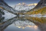 Reflections of Snow-covered Mountains and Golden Aspen Trees in a Lake Lærredstryk på blindramme af Robbie George