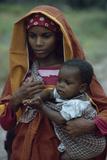 A young woman of Arab descent holds her young child. Fotografisk tryk af Volkmar K. Wentzel