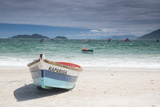 Pantano Do Sul Beach and Fisherman's Boat on Florianopolis Island in Southern Brazil Fotografisk tryk af Alex Saberi