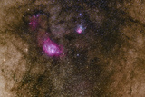 The Lagoon Nebula and the Smaller Trifid Nebula with Dark Dust Clouds in the Milky Way Fotografisk tryk af Babak Tafreshi