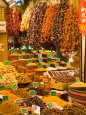 Dried Fruit and Spices for Sale, Spice Market, Istanbul, Turkey Fotografisk tryk af Darrell Gulin