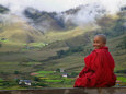 Monk and Farmlands in the Phobjikha Valley, Gangtey Village, Bhutan Fotografisk tryk af Keren Su