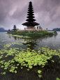 Ulun Danu Temple, Bali, Indonesia Fotografisk tryk af Gavriel Jecan