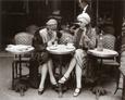 Mujeres sentadas en la terraza de un café Lámina