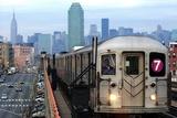 The Number 7 Train Runs Through the Queens Borough of New York Seinämaalaus