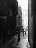 Students Walking Along Magpie Lane at Oxford University Fotografie-Druck von William Vandivert