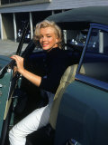 Marilyn Monroe Getting Out of a Car プレミアム写真プリント : アルフレッド・アイゼンスタット