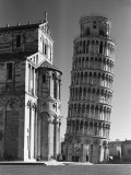 Famed Leaning Tower of Pisa Standing Next to the Baptistry of the Cathedral Lámina fotográfica por Margaret Bourke-White