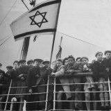Jewish Immigrants, Arriving in Haifa Aboard Refugee Ship, Waving Future Flag of the State of Israel Impressão fotográfica por Dmitri Kessel