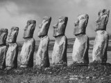 Mysterious Stone Statues on Easter Island Lámina fotográfica por Carl Mydans