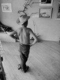 Boy Viewing Local Art Exhibit Fotografie-Druck von Grey Villet