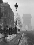 View Showing the Arc de Triomphe and the Subway Station Fotografisk trykk av Ed Clark