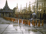 Procession of Buddhist Monks, Shwe Dagon Pagoda, Ceremonies Marking 2,500th Anniversary of Buddhism Fotografisk trykk av John Dominis