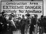 Construction Area: Extreme Danger, Positively No Admittance, Keep Out, at Grand Coulee Dam プレミアム写真プリント : マーガレット・バーク=ホワイト