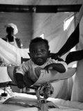 Nurse-Midwife Maude Callen Weighing Baby on Scale Lámina fotográfica por W. Eugene Smith