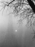 Paris Fog with Eiffel Tower Faintly Seen Fotografisk tryk af Thomas D. Mcavoy