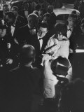 Actress Elizabeth Taylor in Crowd with Eddie Fisher Premium-Fotodruck von Grey Villet