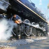 Johnny Cash à la guitare près des roues d'un train à vapeur, chanteur de Country/Western Reproduction photographique Premium par Michael Rougier