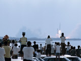 View over the Head of Spectators of the Launch of Nasa's Apollo 11 Space Mission Fotografisk trykk av Ralph Crane