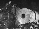 Worker Cutting the Gun Casting in the Bethlehem Steel Factory Impressão fotográfica por Dmitri Kessel