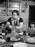 Mother Serving Spaghetti to Her Children Fotografisk trykk