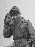 Gi Talking on Communications Radio During the Korean Civil War Fotografisk trykk av John Dominis