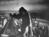 King Kong Clinging to Top of Empire State Building Tower in Horror Movie with Fay Wray in His Hands Papier Photo par Alfred Eisenstaedt