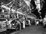 Men and Women Polishing Chevrolets on the Assembly Line at the General Motors Plant Lámina fotográfica