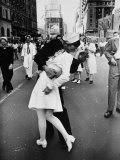 American Sailor Clutching a White-Uniformed Nurse in a Passionate Kiss in Times Square Fotografisk tryk af Alfred Eisenstaedt