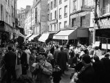 Crowded Parisan Street, Prob. Rue Mouffetard, Filled with Small Shops and Many Shoppers Fotografisk tryk af Alfred Eisenstaedt