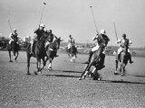 Men Playing Polo Lámina fotográfica por Carl Mydans
