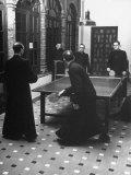 Priests Playing Ping-Pong at Social School Lámina fotográfica prémium por Dmitri Kessel
