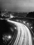 Los Angeles Traffic Traveling at Night Fotografisk tryk af Loomis Dean