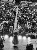 Minnie Pearl Performing, Shot from Above and Behind with Engaged Audience, at Grand Ole Opry Show Premium fototryk af Yale Joel