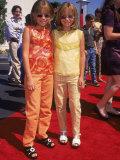 """Twin Actresses Mary Kate and Ashley Olsen at the Film Premiere of """"Honey I Shrunk the Kids"""" Lámina fotográfica prémium por Mirek Towski"""