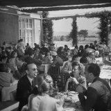 Luncheon on the Terrace at the Exclusive Golf Club Outside Rome Lámina fotográfica por Alfred Eisenstaedt
