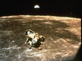 Apollo 11's Lunar Module Flying over the Moon with Earth in the Bkgrd Lámina fotográfica