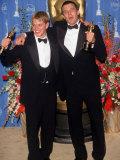 Actors Screenwriters Matt Damon and Ben Affleck Holding their Oscars in Press Room Atacademy Awards Lámina fotográfica prémium por Mirek Towski